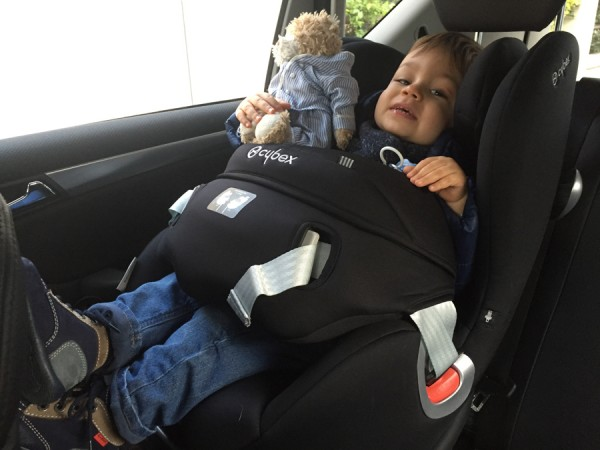 bébé face à la route